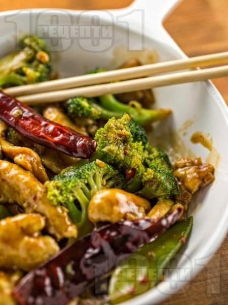 Пиле по китайски с филе, гъби, броколи и пикантен сос - снимка на рецептата